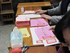 投票人簽字畫押a。(張菁攝影)