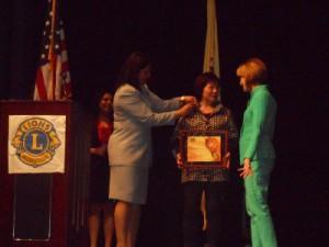 新澤西州參議員、民主黨州長參選人Barbara Buono(右)為中國婦權創辦人張菁(中)頒發獎狀,左為愛迪生獅子會前秘書長Anu Chitnis正在為張菁別上獎章