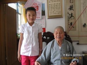 两年不见,小姑娘高多了,而 法华寺的师傅却年迈了不少。 (本站记者摄影)