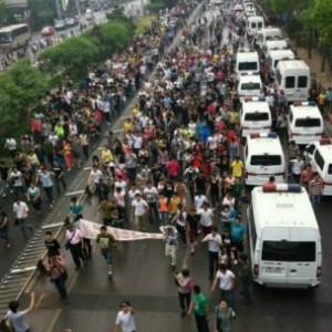 大批安徽民工周三(5月8日)聚集北京丰台区京温商城门前,关注同乡女工袁莉亚日前坠楼身亡。