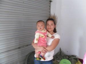 女婴佘欣茹和她的妈妈