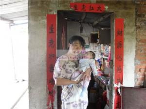 女婴陈子妍和她的妈妈