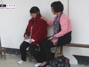 释柳应(左)和义工馨莲。2