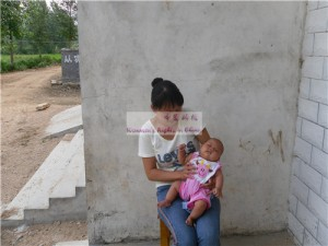 女婴任欣雅和她的母亲