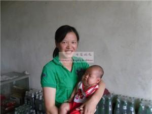 女婴张欢馨及其母