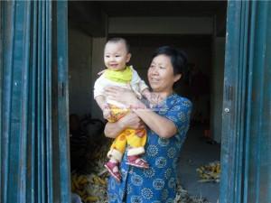 女婴李可欣和她的奶奶
