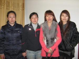 2) 寻女的母亲(左一、二)与寻母的女儿(右一、二)。
