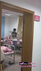 2012年6月9日曹如意在湖南省妇幼保健院观察室打吊针