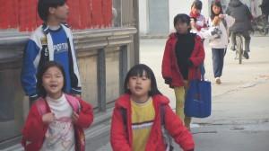孩子们开始上学了。(中国妇权记者摄)xiao