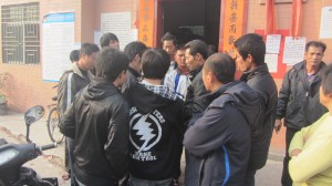 政府工作组人员在调查做记录。(中国妇权记者摄)