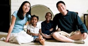 加州洛杉磯華裔黃姓夫婦(右一與左一)涉嫌在卡達餓死領養的非洲裔八歲女童,遭到逮捕。(美聯社)