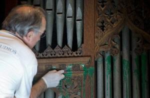 華府國家大教堂人員30日在清理管風琴上濺有的綠漆。(美聯社)