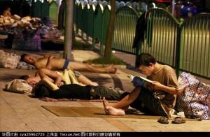 2011年8月5日夜,浙江省义乌市劳务市场附近,许多外来务工者露宿街头。