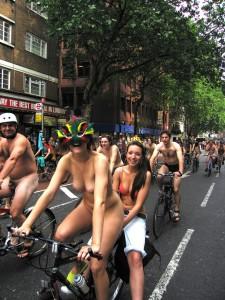 倫敦秀「裸騎自行車」令人眼福大飽