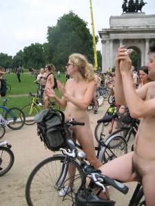 倫敦秀「裸騎自行車」令人眼福大飽4