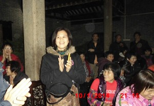 中国妇权义工在选举前给村民讲解选举法 1