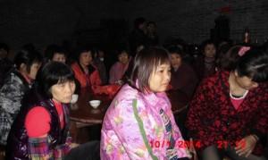 南庄村妇女在听中国妇权义工苏昌兰讲授普选知识a