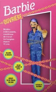 法國非政府組織「人民團結」在巴黎大商店前推出「芭比女工」娃娃,抗議中國勞工的悲慘狀況.圖為 「芭比女工」娃娃身穿藍色工作服,嘴巴被黑色膠帶封住,雙手被鐵鍊捆綁。(網路圖片)