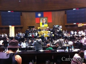 各位啊, 我們的學生們攻佔國會了, 當老師的下午起程去台北相挺了。