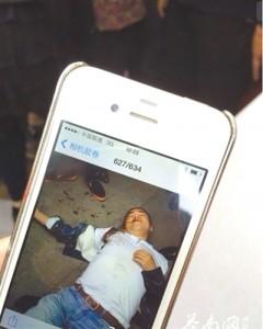 4月19日上午,目击者拍到的黄祥拔被打现场图片。网络截图