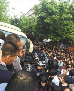 4月19日,苍南县灵溪镇城管打人事件现场。网络截图