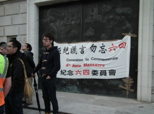 """英国华人制作的《六四》纪念旗帜,上书""""拒绝谎言 勿忘六四""""。"""