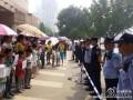 """2014年5月22日,非北京戶籍適齡兒童要求入學。今年非北京市戶籍適齡兒童入學(幼升小)條件苛刻,除""""五證""""之外,多個區縣設置了額外的限制條件。如在通州家長必須在本區工作,孩子才能在此上學。在亦莊更為嚴格,家長必須在學校片區工作3年以上才行。一群家長和孩子在通州要求教育平權,讓隨父母工作在北京的孩子能進學校讀書。"""