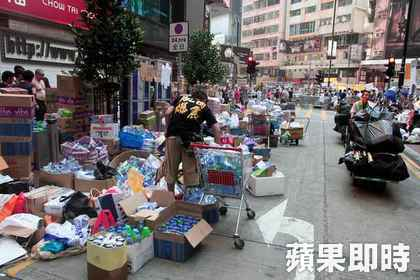 物資站湧進大批社會愛心,還有賣場推車支援。