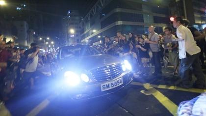 賓士車高速衝向群眾