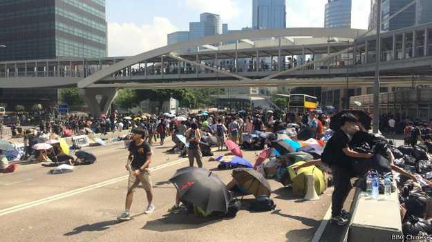 抗议者拒绝离开(BBC中文网记者陈志芬摄)。