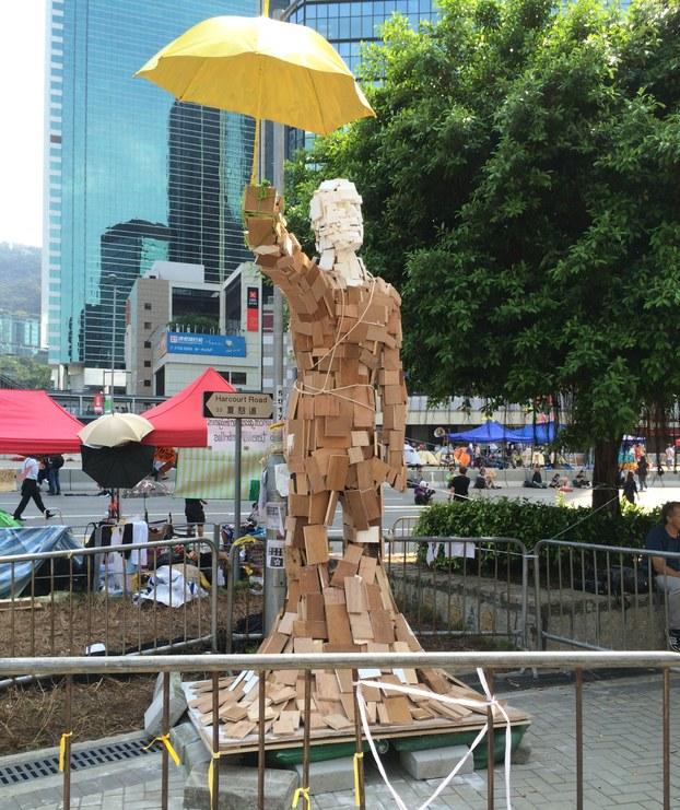 """摆放在金钟救助站外的艺术创作""""雨伞人"""",鼓励占中人士坚持下去。 (记者忻霖拍摄)"""