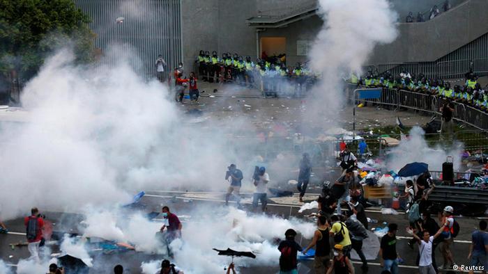 香港学生罢课集会演变为警民对峙的一幕
