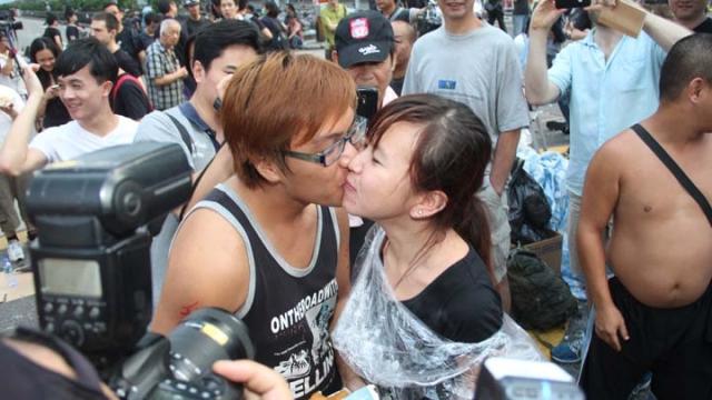 10-05-2014 佔中佔出真愛,小情侶提早訂婚。(莊建鑫攝)