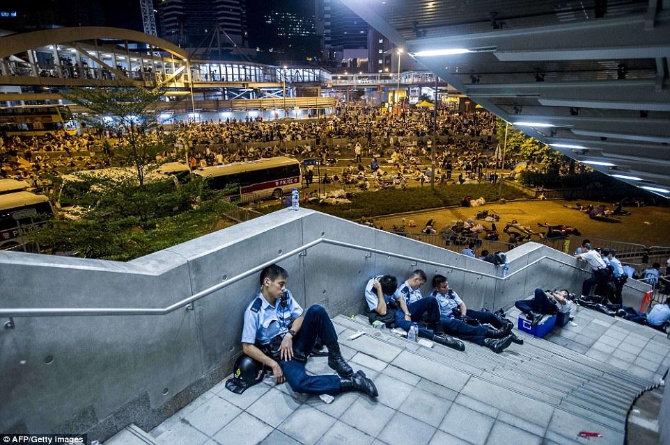 1411977355115_wps_13_Policemen_rest_following_