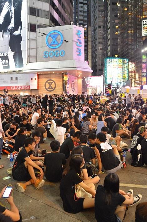 Hong Kong. 29th Sep, 2014. Hong Kong Protests: Thousands of young people wearing black T-shirts take part in the second night of a pro-democracy sit-in known as Occupy Central, blocking traffic on Yee Wo Street, an otherwise busy multi-lane thoroughfare in Causeway Bay, Hong Kong. The mood was calm and celebratory, whereas the night before, in the Admiralty district, protestors faced tear gas, pepper spray and batons from police in full riot gear. © Stefan Irvine/Alamy Live News
