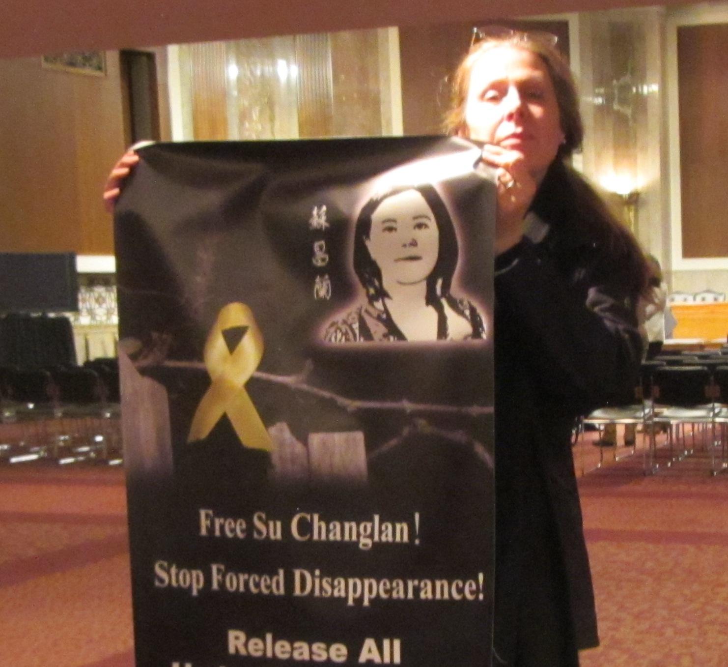 图为USIBC的执行长Ann Noonan 女士在听证会现场展示要求中共当局释放苏昌兰、释放所有支持香港占中人士的横幅。(photo by WRIC张菁).