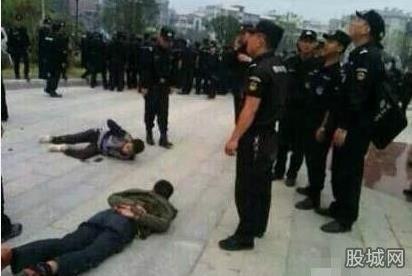现在武警在跟老百姓抢尸体