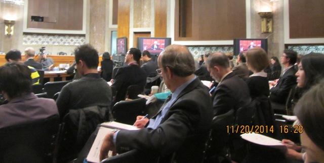 出席听證會的各界人士仔細聆听證人的證詞和主持人提出的問題。
