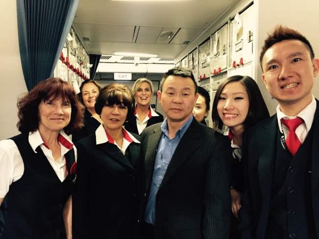 熊焱搭乘聯合航空公司班機被遣返美國,全體機組人員對他的遭遇表示同情支持,爭相與他合照。(熊焱提供)