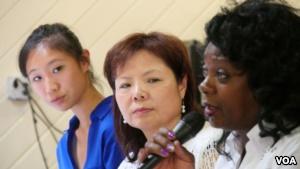 林韵珊和母亲张菁听取索莱尔讲话(美国之音国符拍摄)