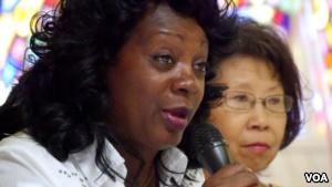 视觉艺术家协会会长刘雅雅倾听白衣女士领导人索莱尔讲话(美国之音国符拍摄)