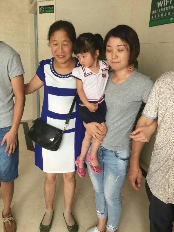 陈洁与亲身母亲相认时留影。