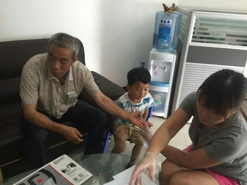 陈洁携儿子与亲身父亲相认。