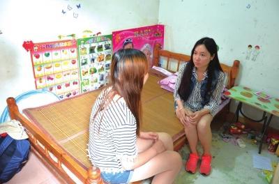 马泮艳(左)和妹妹马泮辉在商量母亲的养老问题。