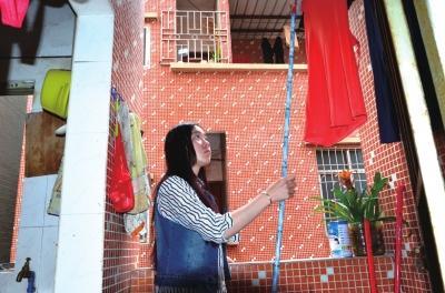马泮辉在广东的出租屋内晾衣服。