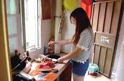 马泮艳在广东的出租屋内做饭。