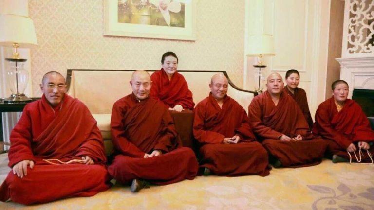 慈诚罗珠与索达吉等大堪布,围绕着一位尼师席地而坐的照片,引起了关注