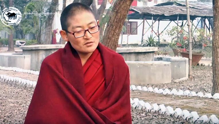 """在格西考核中夺冠的流亡藏人女""""格西""""南卓"""