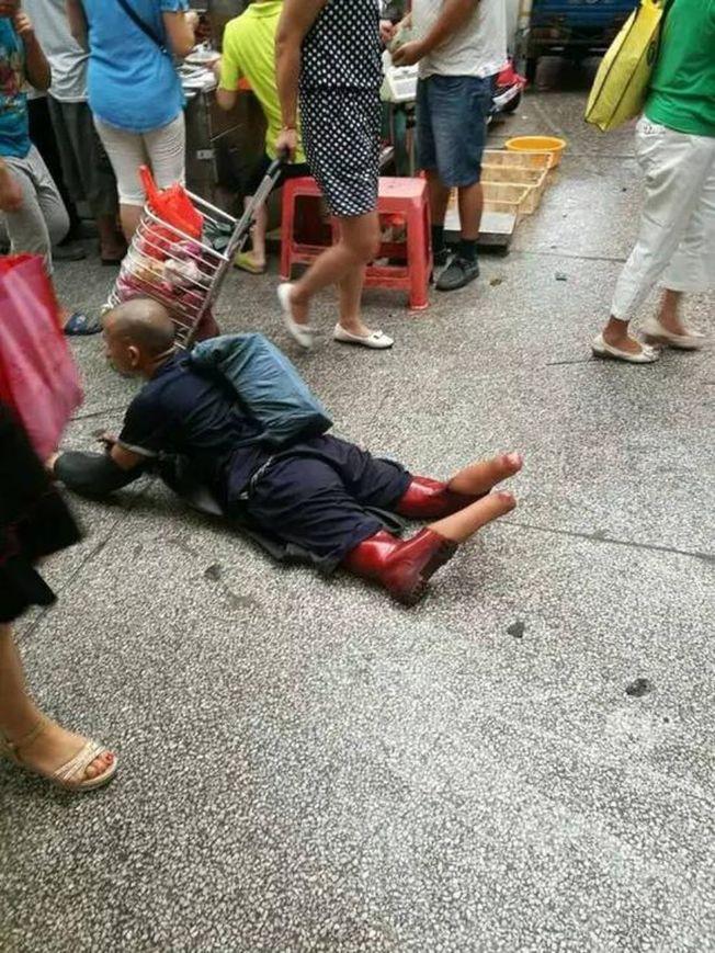 雙腿被截的彭小六,正在廣州黃浦區某菜市場行乞。(取材自紅網)