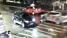 中国河南驻马店一女子遭二次碾压无人施救。(视频截图)